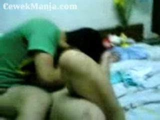 Download vidio bokep Pejunya muncratin dimuka aja ya sayang mp4 3gp gratis gak ribet