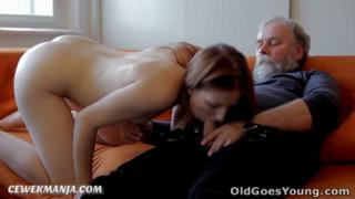 Permalink to Kakek tua mesum ngentot gadis abg cantik di sofa